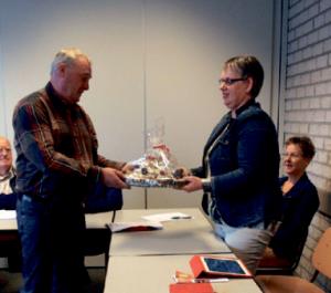 Voorzitter Bert Houwen bedankt Ellen van Houdt
